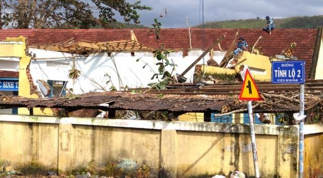Trường Tiểu học Diên Lạc, huyện Diên Khánh, tỉnh Khánh Hòa bị thiệt hại nặng trong cơn bão số 12. Trong ảnh: Các học viên Học viện Hải quân đang giúp đỡ nhà trường lợp lại mái ngói, dọn dẹp để sớm đón học sinh trở lại trường. (Ảnh: Công Thi)