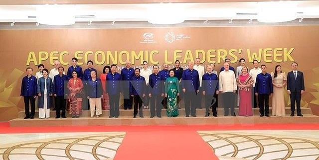 Chủ tịch nước Trần Đại Quang và Phu nhân chụp ảnh chung với Lãnh đạo các nền kinh tế thành viên APEC và Phu nhân. Ảnh:TTXVN