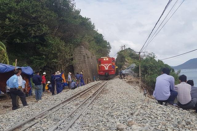 Đường sắt Bắc - Nam đoạn qua Đèo Cả được thông tuyến sau 10 ngày bị tê liệt do ảnh hưởng của bão Damrey