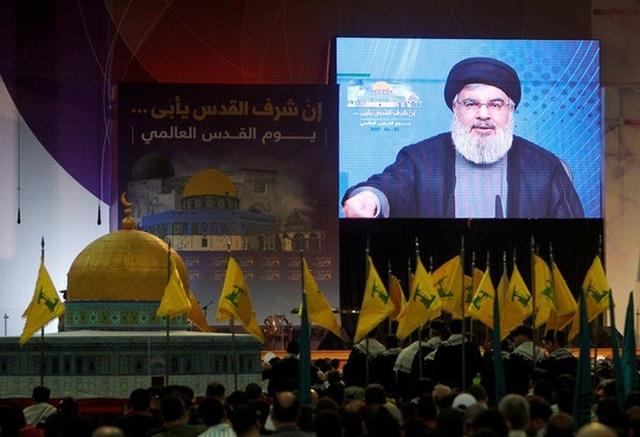Người ủng hộ theo dõi bài nói chuyện của thủ lĩnh Hezbollah Sayyed Hassan Nasrallah qua màn ảnhở Beirut - Lebanon Ảnh: REUTERS