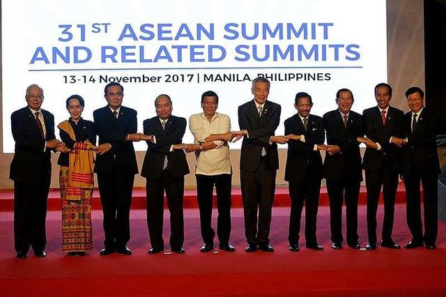 Lãnh đạo các quốc gia ASEAN chụp ảnh bắt tay khai mạc Hội nghị thượng đỉnh ASEAN lần thứ 31 và các hội nghị thượng đỉnh liên quan, diễn ra trong hai ngày 13 và 14-11 tại thủ đô Manila, Philippines. Ảnh: AFP
