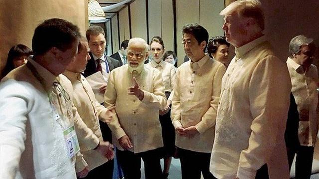 Từ phải qua: Tổng thống Mỹ Donald Trump, Thủ tướng Nhật Shinzo Abe, Thủ tướng Ấn Độ Narendra Modi cùng một số nhà lãnh đạo tại thủ đô Manila - Philippines hôm 12-11 Ảnh: PTI