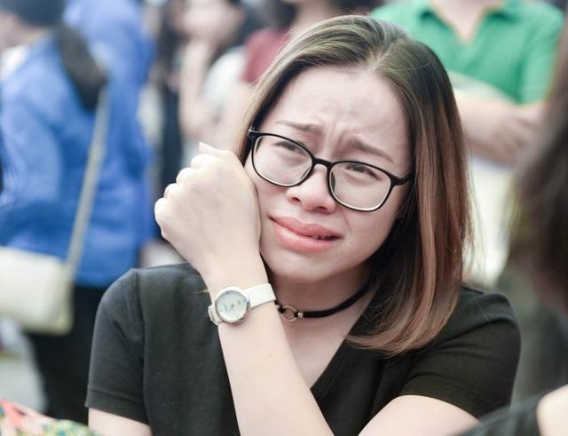 Nhiều học sinh, cựu học sinh không giấu nổi xúc động khi ôn lại những kỷ niệm về người thầy đáng kính.