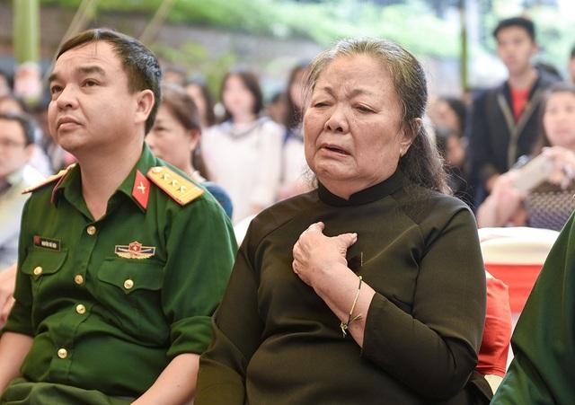 Bà Đào Kim Oanh, vợ PGS Văn Như Cương, không giấu nổi xúc động mỗi khi các học trò nhắc đến người chồng mới qua đời.