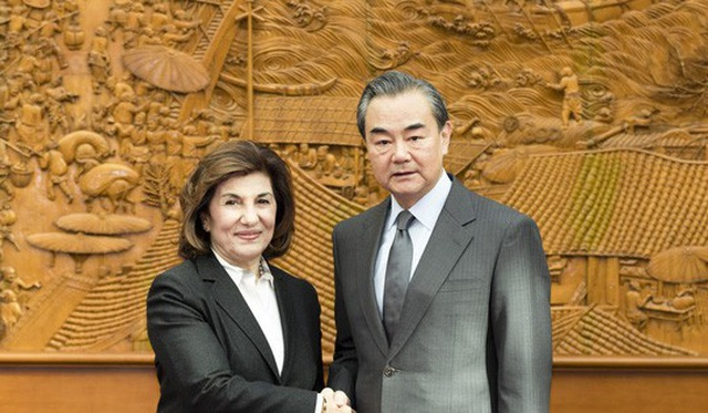 Bộ trưởng Ngoại giao Trung Quốc Vương Nghị đón tiếp bà Bouthaina Shaaban, cố vấn cấp cao của Tổng thống Syria Bashar al-Assad, tại Bắc Kinh hôm 24-11. Ảnh: TÂN HOA XÃ