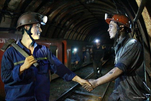 Hai người thợ mỏ bắt tay nhau để chúc bạn vào ca an toàn