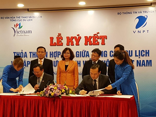 Ông Phạm Đức Long- Tổng Giám đốc Tập đoàn VNPT và ông Nguyễn Văn Tuấn - Tổng cục Trường Tổng cục du lịch VN đặt bút ký thỏa thuận hợp tác