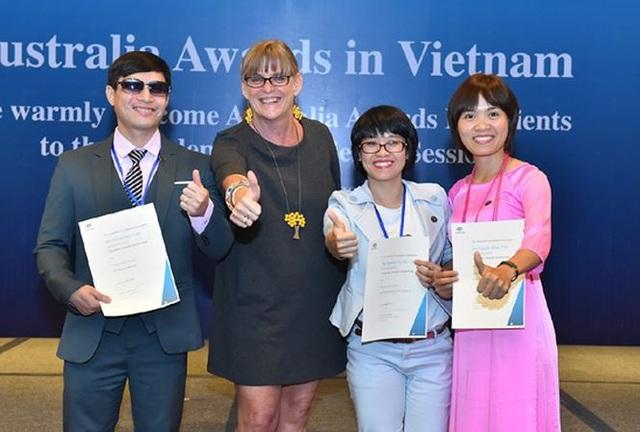 Bà Karen Lanyon Tổng Lãnh Sự Úc tại TPHCM chức mừng 3 học viên khuyết tật nhận học bổng du học Úc