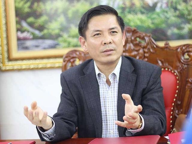 Bộ trưởng GTVT Nguyễn Văn Thể đang trao đổi với phóng viên. Ảnh: VIẾT LONG
