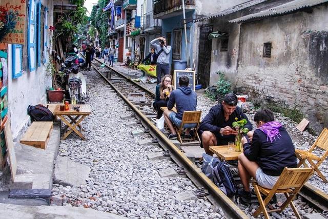 Ở ngõ 10 đường Điện Biên Phủ (Hà Nội) xuất hiện một con phố với hàng loạt quán cà phê nằm ngay trên đường ray tàu hỏa.