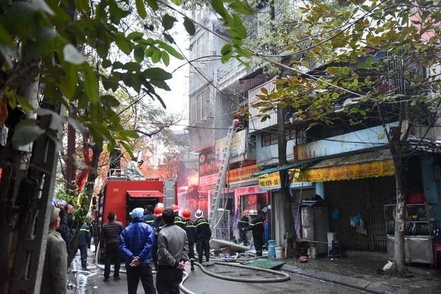 Hà Nội: Ngôi nhà 4 tầng trên phố bốc cháy dữ dội - 4