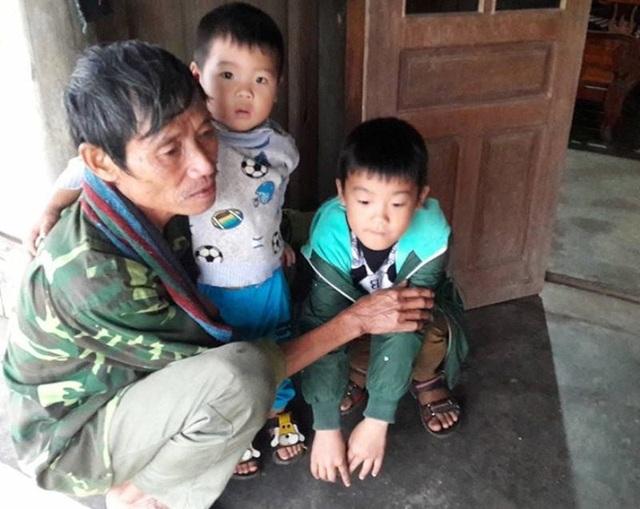 Ông Tần ôm lấy 2 đứa cháu ngồi bần thần như người mất hồn