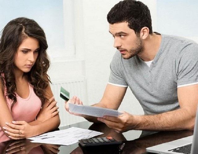 Hạnh đề nghị chồng đưa 20 triệu để lo chi tiêu cho gia đình nhưng Thuyên chỉ đưa được 10 triệu. Ảnh minh họa