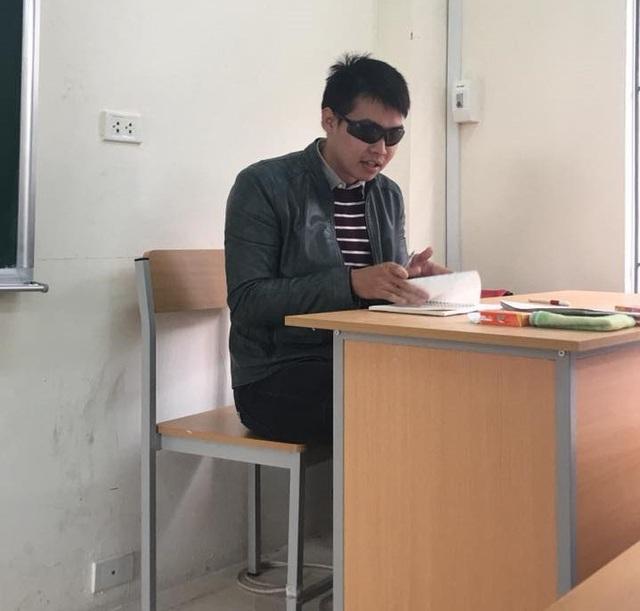 Thầy giáo trẻ thường đeo kính râm trong các giờ kiểm tra - 1