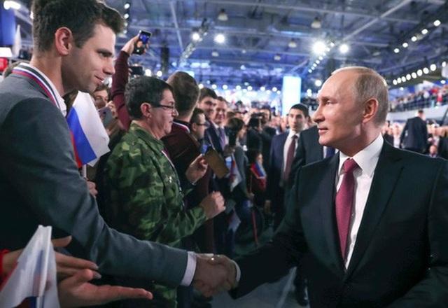 Ông Putin (phải) tham dự một hội nghị ở Moscow hôm 19-12. Ảnh: AP