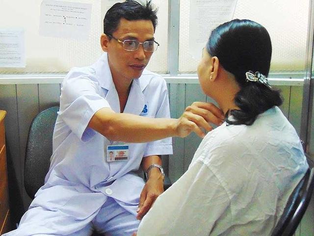 Bác sĩ BV Ung bướu TP.HCM đang khám cho bệnh nhân ung thư. Ảnh: TRẦN NGỌC