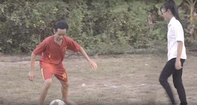 """Không có sân cỏ tốt hay trái bóng """"xịn"""" nhưng niềm hạnh phúc khi được chơi bóng của các em vẫn vẹn nguyên."""