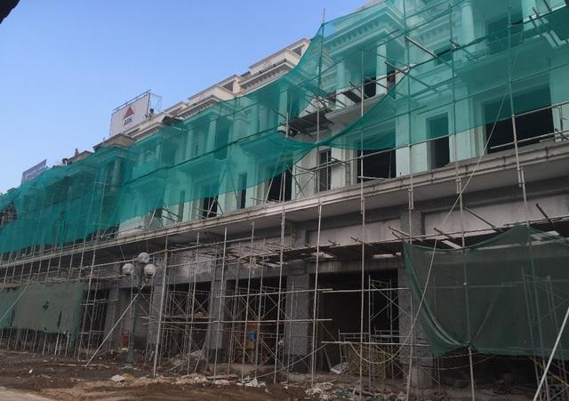Phân khu B1 của Shophouse 24h đã đổ xong mái và đang hoàn thiện mặt ngoài