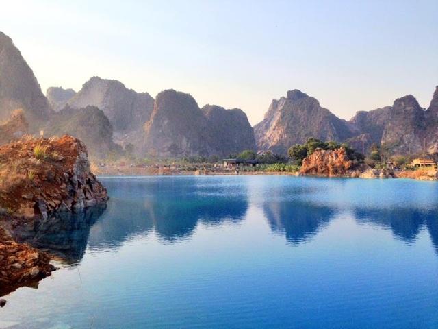 Tận mục sở thị vẻ đẹp của hồ nước xanh ngắt đang gây sốt ở Hải Phòng.