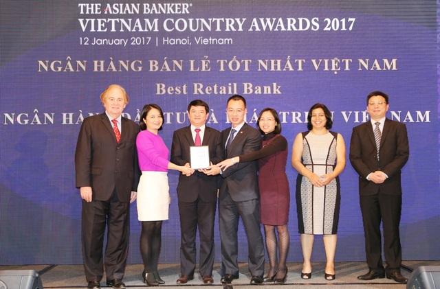 Đại diện lãnh đạo BIDV nhận giải thưởng ngân hàng bán lẻ tốt nhất Việt Nam 2017