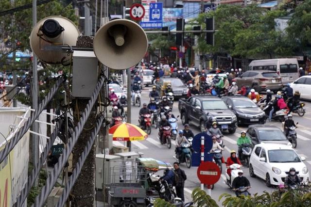 Hệ thống loa đôi trên phố Giảng Võ (quận Ba Đình), nơi luôn có rất đông người qua lại. Loa phường các gọi quen thuộc chỉ hệ thống phát thanh cấp phường, xã.