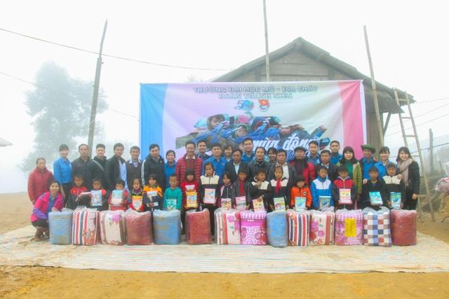 Đoàn Trường Đại học Mỏ - Địa chất đến thăm và tặng quà tại Trường PTDT Tiểu học, THCS Chế Tạo – xã Chế Tạo – huyện Mù Cang Chải – tỉnh Yên Bái