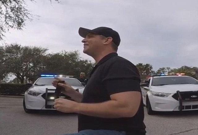 Jason đã nhờ một số cảnh sát thuộc quận St.Johns ở Florida tham gia vào màn cầu hôn