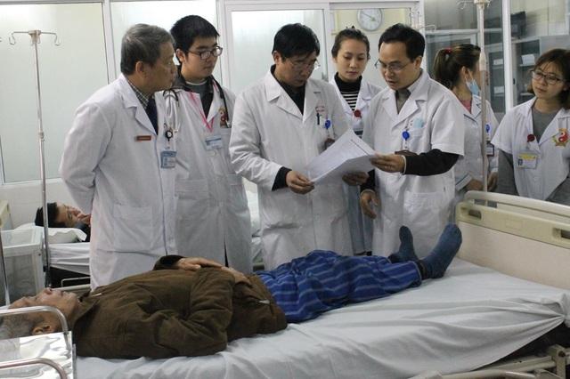Các bác sĩ BV E tiến hành rà soát các trường hợp bệnh nhân, trường hợp nào ổn định được xuất viện về ăn Tết. Ảnh: T.Xuân