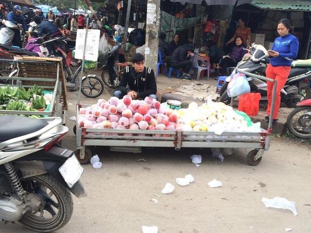 Dù vị trí ở ngay cổng chợ đầu mối phía Nam (chợ Đền Lừ) nhưng hoa quả Trung Quốc vẫn khá ế ẩm
