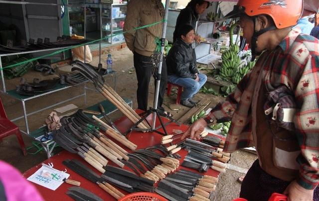 Những nông cụ đặc trưng của người làm nông nghiệp cũng được bày bán tại phiên chợ Tết