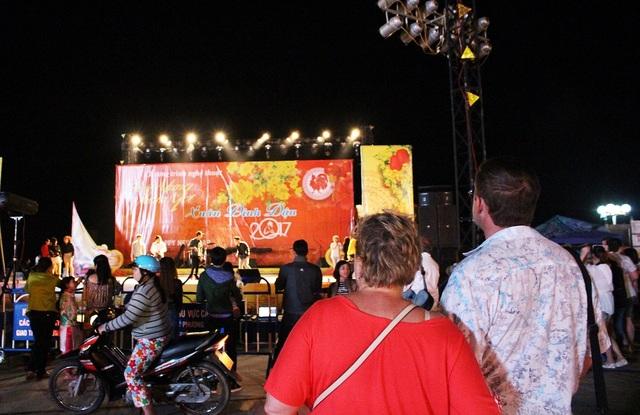Quảng trường 2 tháng 4 Nha Trang là nơi diễn ra chương trình ca nhạc chào Xuân Đinh Dậu- Ảnh: Viết Hảo