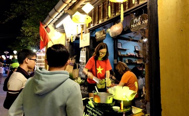 Nhiều hàng quán sẵn sàng phục vụ người dân và du khách trong đêm giao thừa ở Hội An