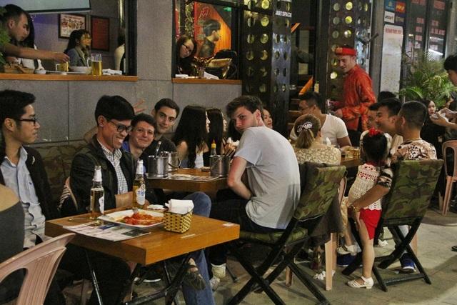 Tại nhiều quán bar, nhà hàng ở đường Lê Lợi, Phạm Ngũ Lão lại rất náo nhiệt và sôi động