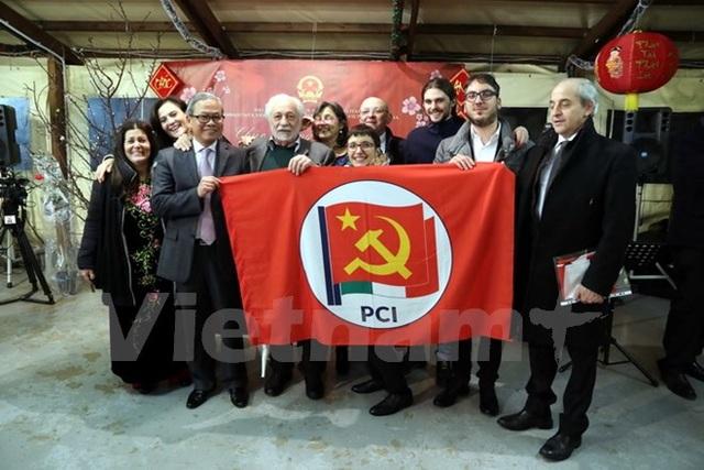 Đại sứ Cao Chính Thiện (người thứ ba bên trái sang) chụp ảnh lưu niệm với những người bạn thuộc Đảng Cộng sản Italy (PCI). (Ảnh: Quang Thanh/Vietnam+