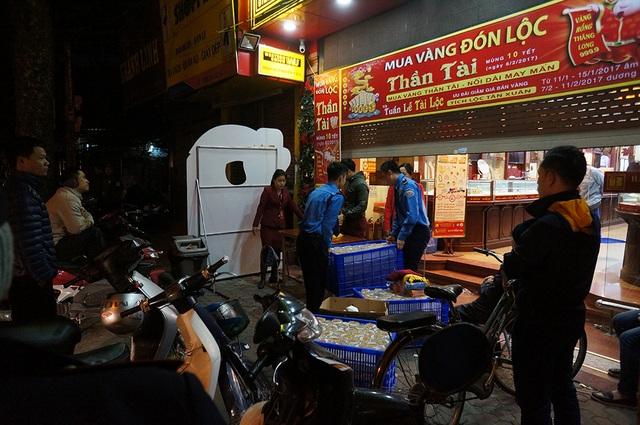 4h45 sáng 6/2, nhân viên cửa hàng vàng trên phố Trần Nhân Tông đã tất bật chuẩn bị phục vụ khách hàng đến mua vàng ngày vía Thần tài lấy may. Ngày vía Thần tài năm nay là mùng 10 tháng Giêng.