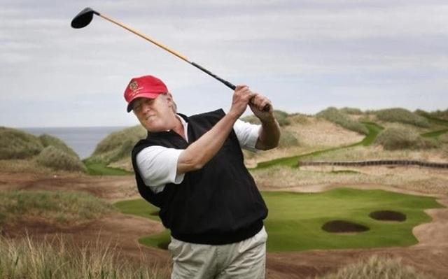 Tân Tổng thống Trump trong một trận golf. Ảnh PA