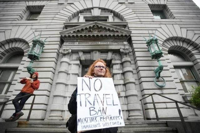 Một người dân cầm biển phản đối lệnh cấm nhập cư của Tổng thống Trump