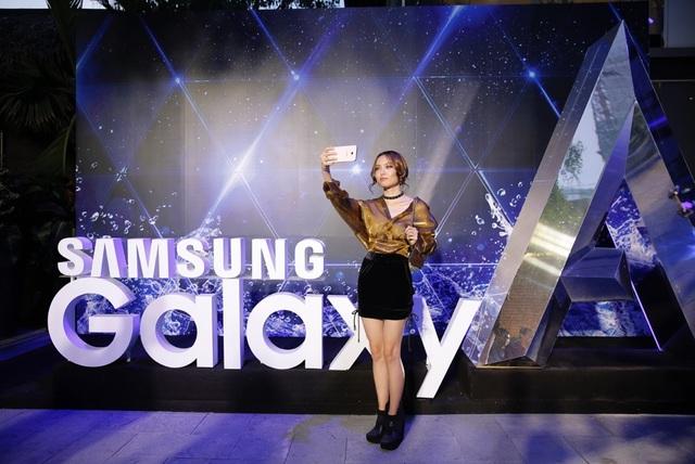 """Tự nhận là một người yêu thích thiết kế trẻ trung nhưng không kém phần sang trọng của dòng điện thoại Galaxy A nên nàng mẫu """"hạt tiêu"""" Fung La đã có mặt từ rất sớm. Không giấu được sự háo hức, cô nàng đã selfie ngay cùng chiếc điện thoại Galaxy A7 2017 ngay khi vừa nhập tiệc."""