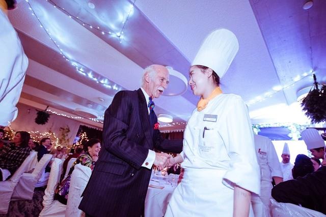 Đầu bếp Hoàng gia Anh Anton Mosimann hướng dẫn các bạn sinh viên thực tập tại các sự kiện.