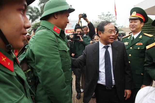 Ông Nguyễn Văn Cao, Chủ tịch UBND tỉnh, Chủ tịch Hội đồng nghĩa vụ quân sự tỉnh Thừa Thiên Huế chúc các tân binh lên đường hoàn thành xuất sắc nhiệm vụ