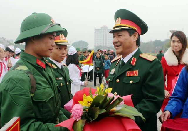 Lãnh đạo Bộ chỉ huy Quân sự tỉnh Thanh Hóa thăm, động viên, tặng quà thanh niên lên đường nhập ngũ