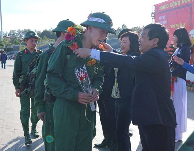 Lãnh đạo tỉnh tặng hoa và động viên các thanh niên lên đường nhập ngũ