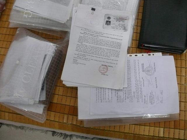 Đọc lệnh bắt Nga và các đơn thư, tài liệu liên quan