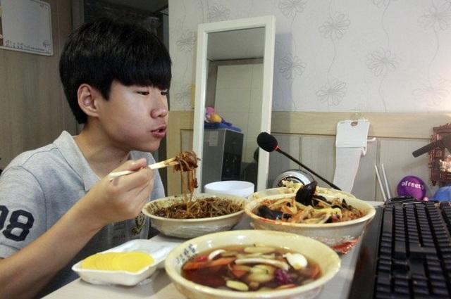 Patoo bắt đầu tự quay cảnh ăn tối của mình mỗi ngày từ khi cậu mới 11 tuổi.