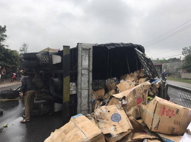 Chiếc xe bị lật nghiêng, khoảng 3 tấn hoa quả đựng trong các thùng giấy bị dập vỡ, tràn xuống đường