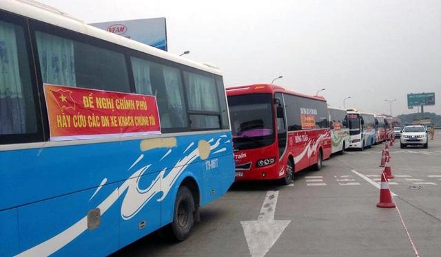 Hàng dài xe khách ở trạm thu phí Pháp Vân.
