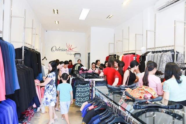 Chị em tham gia mua sắm tại cửa hàng của Odessa.