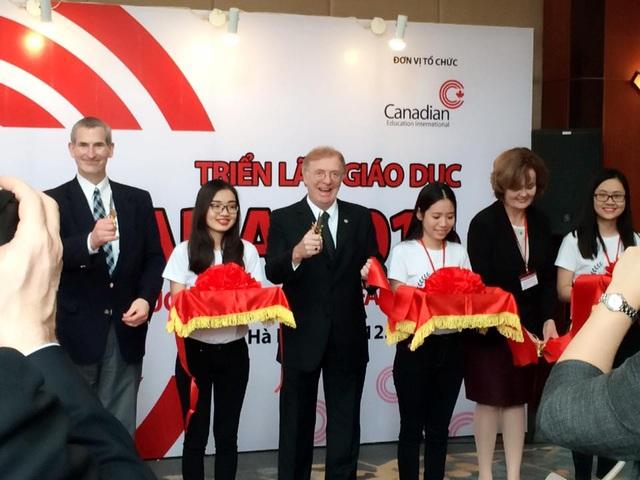 Ngài David Devine – Đại Sứ Canada cắt băng khai mạc Triển Lãm Giáo Dục Canada Mùa Xuân 2016 tại Hà Nội