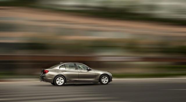 BMW 3 Series sở hữu ngoại hình kiêu hãnh, nắp ca-pô dài, chiều dài cơ sở tăng lên và khoang hành khách dời xa về phía sau giúp kích thước xe trông to hơn và nội thất cũng rộng hơn.