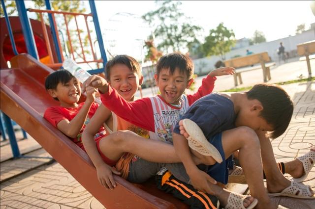 Phút vui đùa của các em nhỏ tại mái ấm Điện Biên